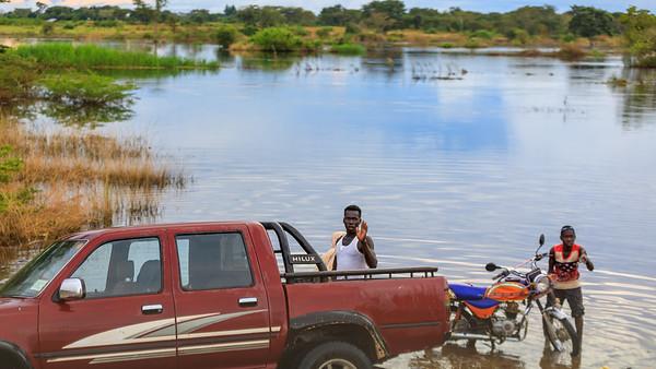 Überschwemmung am Fluss Kafu an der Grenze zwischen Central udn Western Region