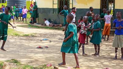 Schulkinder beim Gummitwist, Paraa, Murchison Falls NP