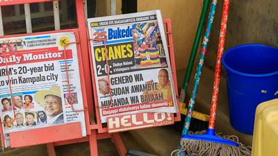Politik und Sport auf Englisch und Lubango in den Zeitungen, Kihihi, Uganda