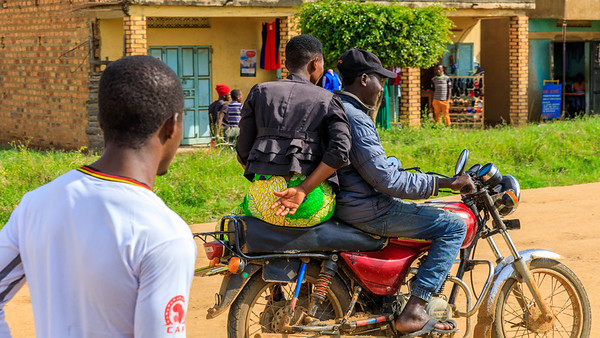 Motorrad-Taxi in Kihihi, Uganda