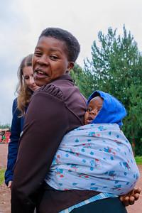 Patience' Freundin mit Kind an der Hauptstraße von Ruhija, Uganfa