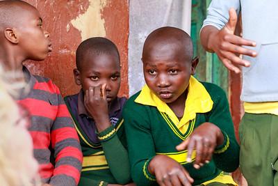 Schulkinder an der Hauptstraße von Ruhija, Uganfa