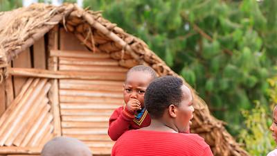 Mutter mit Kinder an der Hauptstraße von Ruhija, Uganfa