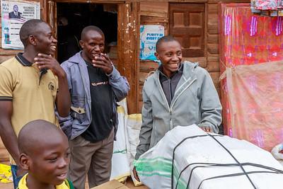 ... und amüsiert damit  ganz Ruhija, Uganda