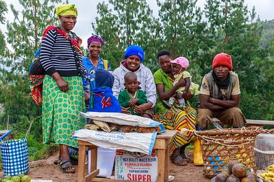 Fischverkäufer(innen) an der Hauptstraße von Ruhija, Uganfa