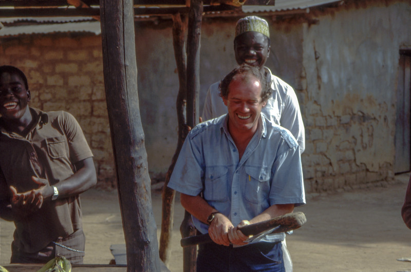 Our tourleader tries the african hatchet