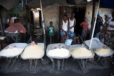ARKIV 060908 - Prince selling rice. Wheel barrow workers in Monrovia can be found thoughout the city in the thousands. Many belong to one of the unions, the most popular being NAWOUL -  NAtional Wheelbarrow Operators Union of Liberia. Wheelbarrow boys are divided in two main groups -  those selling products from the wheel barrow like food,  clothing, household goods, and music, while another group with those hired for transporting items.Many of the wheelbarrow boys are ex combatants from the long and brutal civil war.  For most wheelbarrow boys, the money earned is barely enough to survive on. Monrovia, Liberia Foto: Christopher Herwig - Kod 9266
