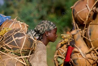 woman carries pots,vrouw draagt pooten,femme porte des pots,Jimma,Ethiopia,Ethiopië,Ethiopie