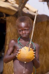 Benjimatong,child plays music,kind speelt muziek,enfant joue de la musique