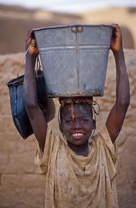 Benjimatong,child gets water,kind haalt water,enfant cherche d'eau