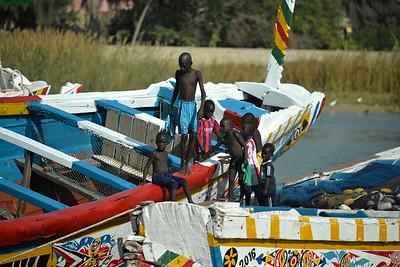 Jeunes pêcheurs s'amusant sur des pirogues