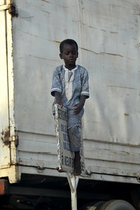 Enfant s'amusant dans les rues de Dakar