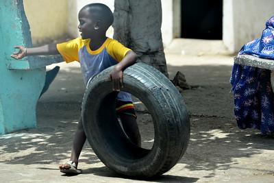 Enfant jouant avec un pneu