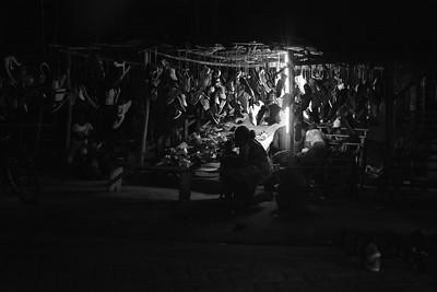 Vendeur de chaussures nocturne