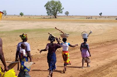 Femmes en route pour les champs