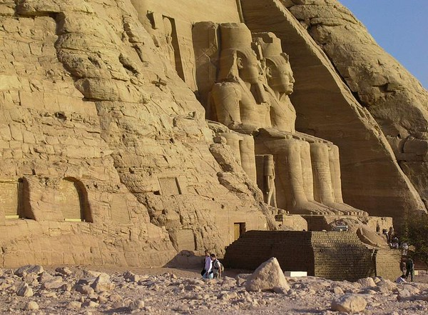 Ramsesstatuer hogget inn i tempelfjelle (Foto: Ståle)