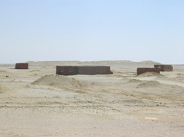 Forlatte boliger i Sahara (Foto: Ståle)