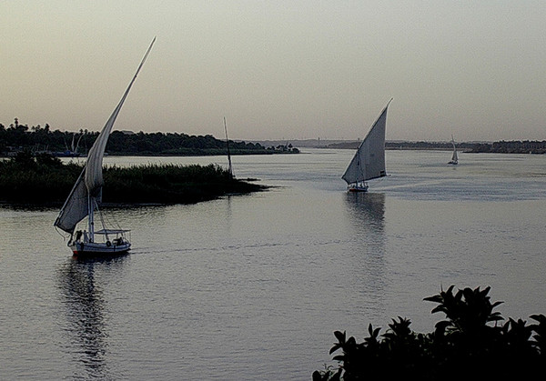Faluccaer på Nilen ved solnedgang ------------------------------------------- Faluccas on the Nile at dusk (Foto: Ståle)