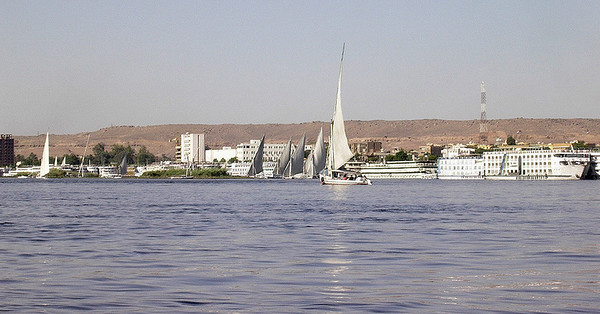 Faluccaer på Nilen med Aswan i bakgrunnen ------------------------------------------------------ Faluccas on the Nile - Aswan in the background (Foto: Ståle)