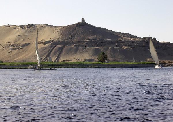 Faluccaer på Nilen ved Elephantine Island med Aga Khans mausoleum i bakgrunnen (Foto: Ståle)