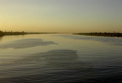 Cruisebåts vak i solnedgang over Nilen (Foto: Ståle)