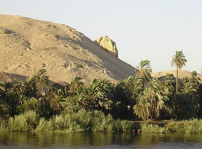 Sandsteinsklippe i Sahara og palmer langs Nilens bredd (Foto: Ståle)