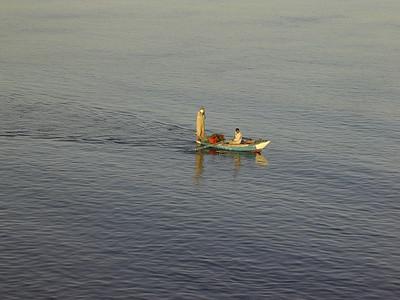 Fiskere i robåt krysser Nilen (Foto: Ståle)