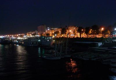 Kveldsbelyst Aswan sett fra cruisebåt på Nilen (Foto: Ståle)