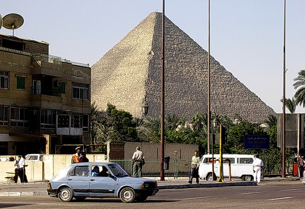 Keopspramiden sett fra Giza by (Foto: Ståle)
