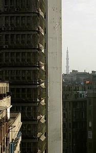 Høyblokk og minaret i sentrum av Kairo (Foto: Ståle)