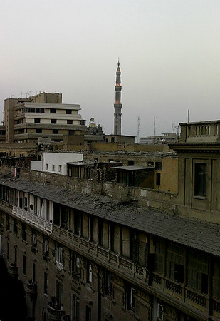 Forfallen blokkbebyggelse med El-Fath-moskeen i bakgrunnen (Foto: Ståle)