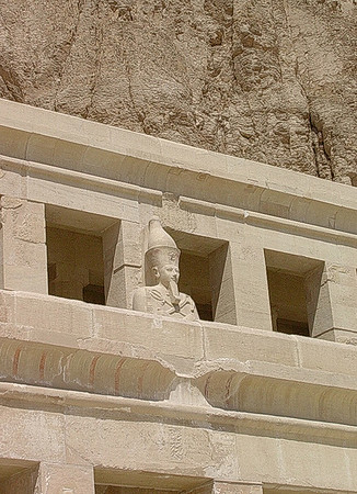 Hatsepsutstatue i andre kolonnade i Hatsepsuts tempel (Foto: Ståle)