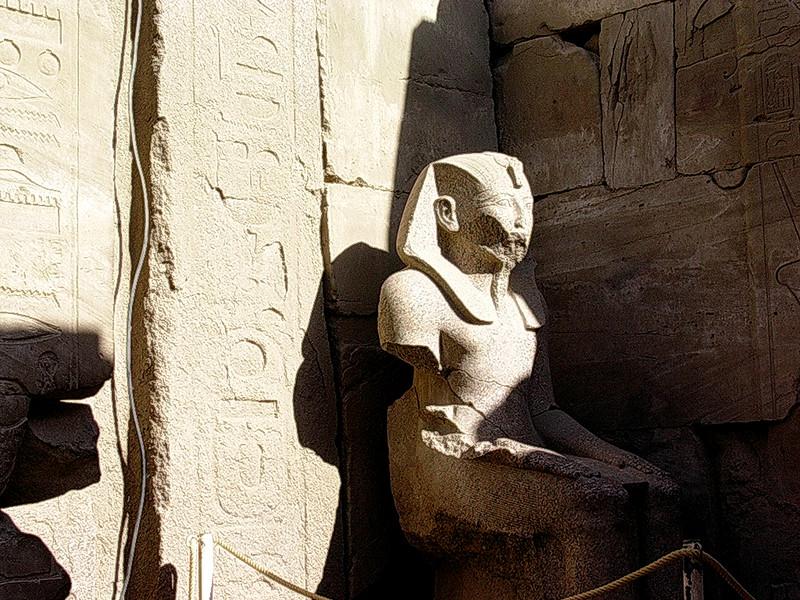 Faraostatue i Amuntemplet i Karnak tempel kompleks (Foto: Ståle)