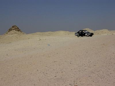 Drosje parkert ved Djosers gravkompleks (Foto: Ståle)