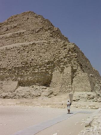 Min gamle fader ved Djosers trinnpyramide (Foto: Ståle)