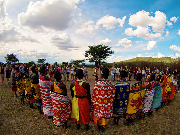 Vennesirkel. Vel ikke helt, men et lite kulturmøte er det i alle fall. Ololamutiek Gate, Masai Mara, Kenya oktober 2007. *** Circle of Friends. Well, not quite, but a little cultural encounter bear Ololamutiek Gate, Masai Mara, Kenya October 2007. (Foto: Geir)