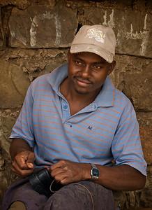 Det er ingen spesiell måte man kan forberede seg på et møte med en slum som Mathare i Nairobi. En blir overrasket i en eller annen retning uansett hvor mye man vet på forhånd. Som å forvente elendighet, og i stedet møte driftighet og vilje til å skape seg et arbeid slik disse to skomakerne gjør, i stedet for å velge flukt inn i rusmidler eller andre ekstreme løsninger. ********** It's impossible to prepare for a visit to a slum like Mathare in Nairobi. No matter your preparations, you'll be surprised one way or another. Like expecting misery, and instead seing thriftiness and an eagernes to create a living like these two shoemakers do, instead of escaping into drugs and other extreme escape routes.  (Foto: Geir)