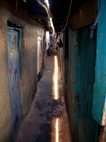 """Boligstrøk"" i Soweto, Nairobi. I denne gata bor det 9 familier. Oktober 2007. *** Living quarters. Nine families crowd these quarters in the Soweto area of Nairobi, October 2007. (Foto: Geir)"