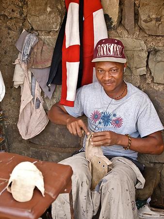 En skomaker i Mathare. Verdighet og troen på muligheter der flukt hadde vært enklere. ********** A shoemaker in Mathare. Dignity and hope where escape might seem easier.  (Foto: Geir)