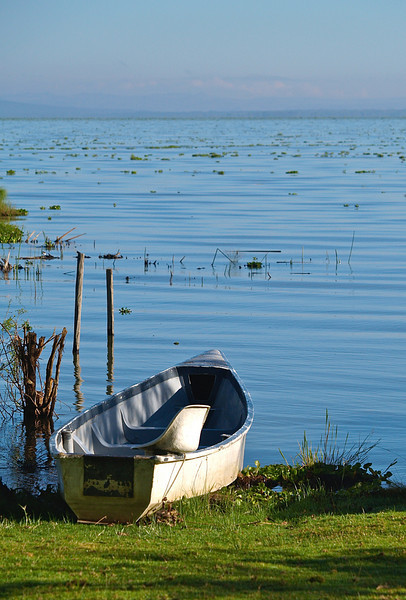 En stille morgen, en båt klar til bruk på Naivasha-sjøen, oktober 2007.