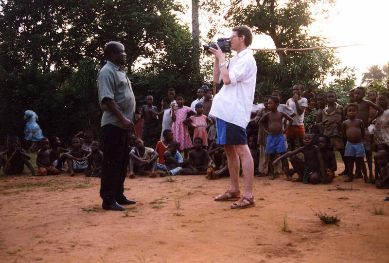 Local Educator, Dann Jacobs, being intervjued by man in shorts, Owerri. --- Lokal undervisningsgründer, Dann Jacobs, blir ingervjuet av mann i shorts, Owerri. (Foto: Geir)