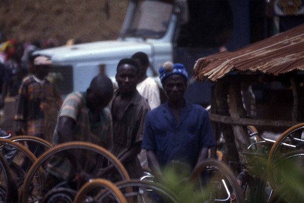 Sceptical bicycle repairman at the market in Abakaliki. Enugu state. --- Skeptiske sykkelreparatører på det lokale markedet i Abakaliki, Enugu state. (Foto: Geir)