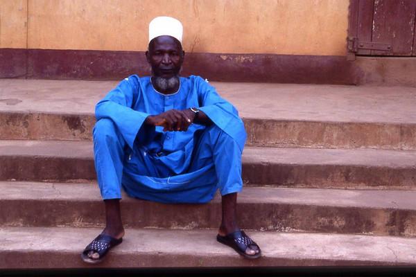 Not a common sight at Abakaliki, a Northern Hausa muslim trader in the christianity-dominated South East of Iboland. Right after capturing this image people wanted to arrest me accusing me for being a spy for some secret society. --- Ikke et h elt vanlig syn i Abakaliki, en muslimsk Hausa-handelsmann i det kristendominerte sørøstlige hjørnet av Nigeria. Like etter at jeg tok dette bildet ville noen arrestere meg og beskylte meg for spionvirksomhet for en eller annen hemmelig organisasjon. (Foto: Geir)