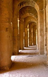 I El Djems Kolosseums søyleganger  In the colonnades of El Djems Colosseum (Foto: Ståle)