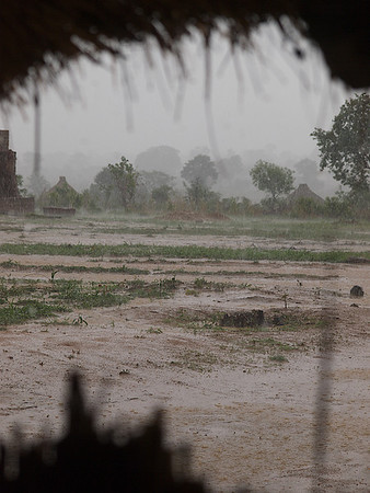 One minute the sky was blue, the next minute the rains hit. Makumba Village, Kalomo District, Zambia. (Foto: Geir)