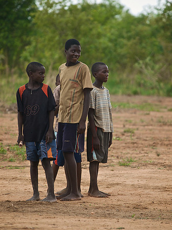 Boys observing. Makumba Village, Kalomo District, Zambia. (Foto: Geir)