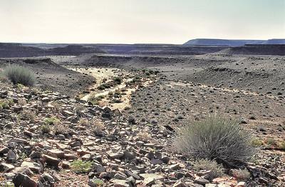 Aridité et reliefs tabulaires sur la route de Fish River Canyon