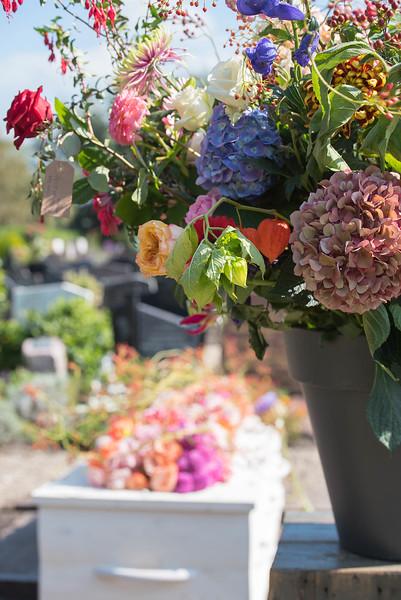 De laatste rustplaats, omringd door bloemen.