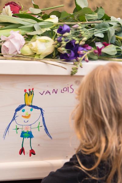 Kleinkinderen tekenen op de kist van oma.