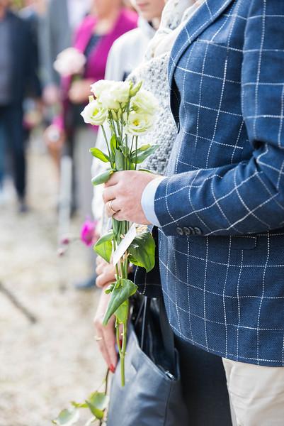 Een bloemetje voor de overledene.